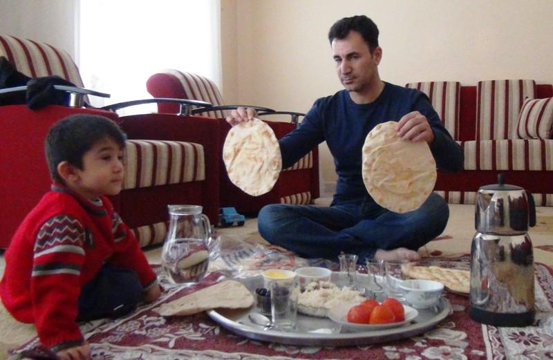 Sığındıkları ülkede ekmeklerini paylaşıyorlar