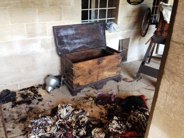 Tarihi binayı önce soydular sonra yaktılar