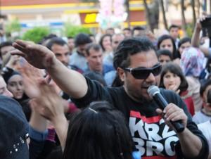 Savaş mağduru çocuklara 4 dilde rap konseri