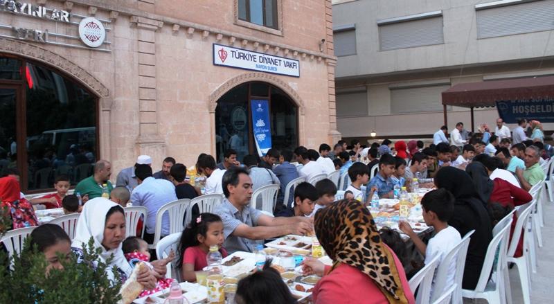 """Mültecilere """"İyilik Sofrası"""" iftarı"""
