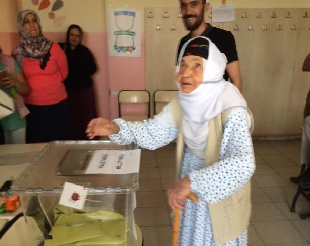 115 yaşındaki nine seçim için hasta yatağından kalktı
