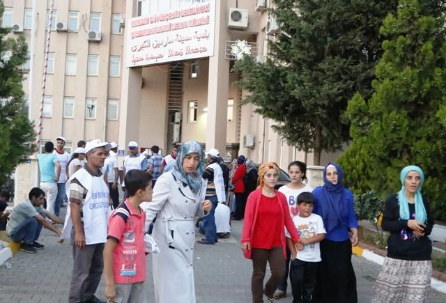 Eylem yapan işçiler ile belediye görevlileri arasında arbede
