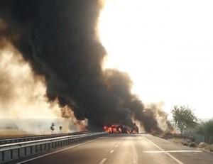 Nusaybin'de devrilen mazot tankeri yandı