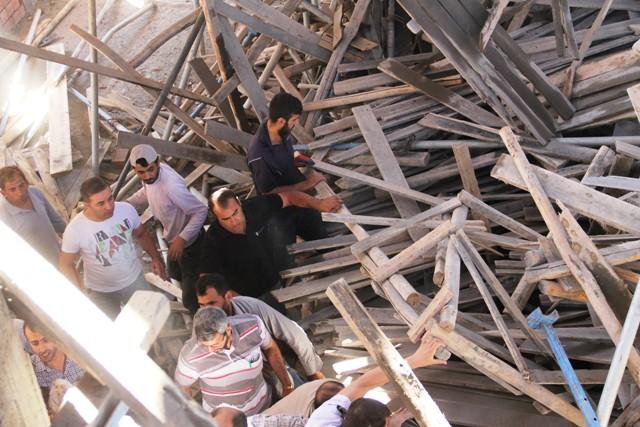 Camide inşaat iskelesi çöktü: 5 yaralı