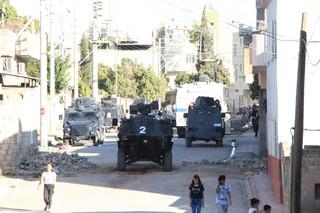 Hendek kapatan polis aracına bombalı saldırı