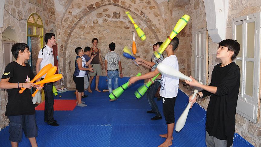 Savaş mağduru çocuklar sirk okulunda akrobasi öğreniyor
