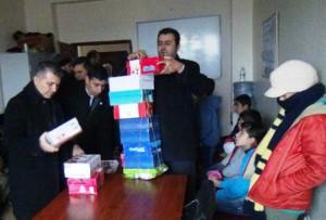 Suriyeli öğrencilere ayakkabı yardımı