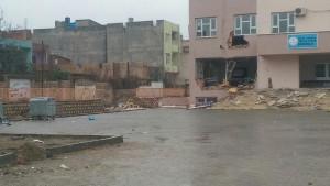 Teröristler iş makinesiyle okula zarar verdi