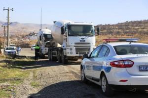 Otomobille beton mikseri çarpıştı: 1 polis yaralı
