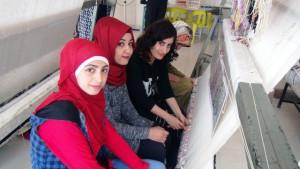 Dokudukları halılarla Anadolu kültürünü yurt dışında tanıtıyorlar