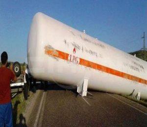 Midyat'ta LPG yüklü tanker devrildi
