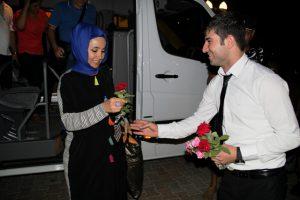 Turistler çiçeklerle karşılandı