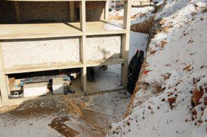 Kayan otomobil inşaat temeline düştü
