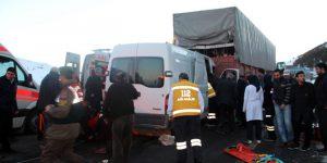 Minibüsle tır çarpıştı: 1 ölü, 10 yaralı