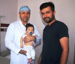 Üç aylık bebeğe böbrek ameliyatı