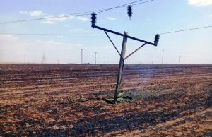 Anız yangınları elektrik direklerine zarar verdi