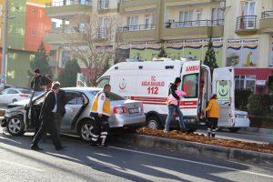 Park halindeki otomobile çarpan sürücü yaralandı