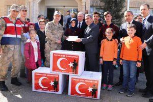 Öğrencilerden asker ağabeylerine hediye