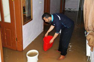 Şiddetli yağış nedeniyle bazı ev ve iş yerlerini su bastı