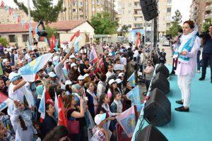 Akşener Mardin'de vatandaşlara seslendi