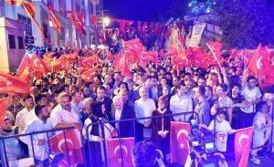 Halk, Demokrasi Nöbet alanına akın etti