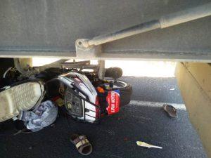 Tıra arkadan çarpan motosiklet sürücüsü yaşamını yitirdi