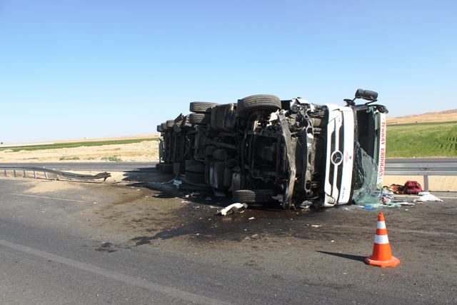 Nusaybin'de tır devrildi: 1 ölü, 1 yaralı