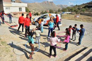 Köy köy gezip yetenekli  çocukları keşfediyorlar