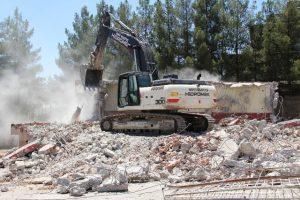 Midyat'ta metruk binalar yıkılıyor