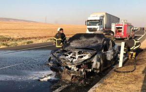 Lastiği patlayan otomobil refüje çarptı: 3 yaralı