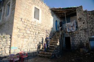 Evleri yıkılma tehlikesi  bulunan aile destek bekliyor