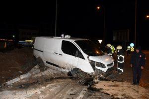 Nusaybin'de kaldırıma  çarpan minibüsün sürücüsü yaralandı