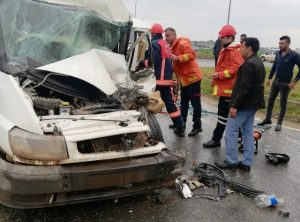 Kaza yapan araçta sıkışan  sürücüyü itfaiye ekipleri çıkardı