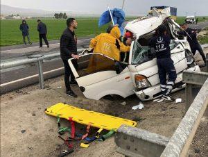 Refüje çarpan kamyonetteki 1 kişi öldü, 1 kişi yaralandı