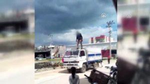 Seyir halindeki kamyonetin tavanına çıkan sürücü yakalandı