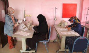Türk ve Suriyeli kadınlar  maske üretiyor