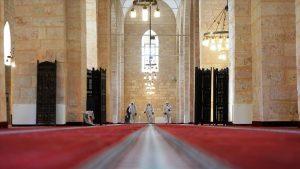 800 yıllık tarihi camide ibadet öncesi temizlik ve dezenfekte çalışması yapıldı