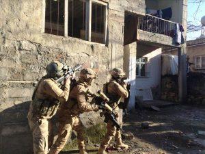 Terör operasyonunda yakalanan 8 zanlıdan 4'ü tutuklandı