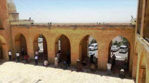 700 yıllık medresede sosyal mesafe ile cuma namazı kılındı