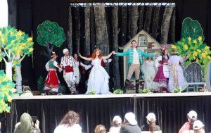 Çocuklara açık alanda tiyatro gösterimi