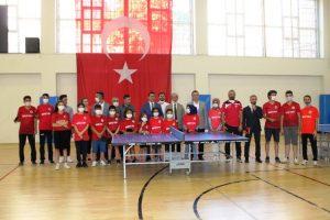 Sporculara masa tenisi ve ekipman desteği