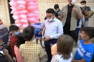 Kaymakam Çam, çocuklara pamuklu şeker dağıttı