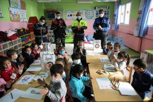 Öğrencilere, çocuk polis ve trafik dedektif kimlik kartı verildi