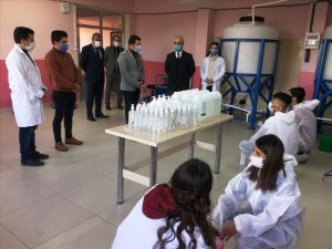 Lise öğrencileri, pandemi döneminde de  temizlik malzemesi üretiyor