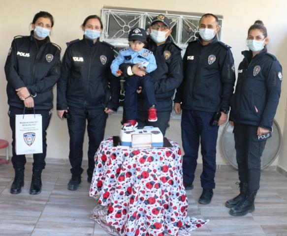 Minik Mert'e polis ekiplerinden sürpriz ziyaret