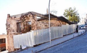 Tarihi evler kaderine  terk edildi