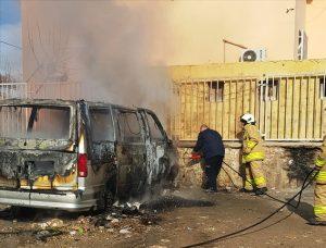 Park halindeki minibüs yandı