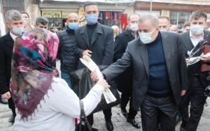 Başkan Şahin, 8 Mart Dünya Kadınlar Günü'nü karanfil dağıtarak kutladı