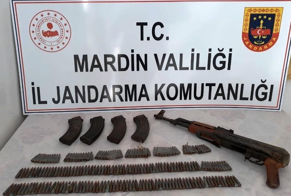 PKK'lı teröristlere ait uzun namlulu silah ve mühimmat ele geçirildi