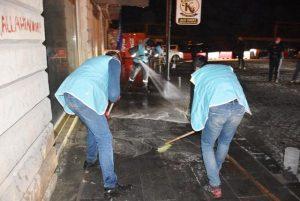 Caddeler sabunlu suyla yıkandı, dezenfekte edildi